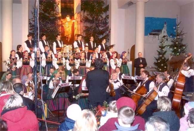 Na zdjęciu Koncert Bożonarodzeniowy w Kościele pw. Matki Bożej Rokitniańskiej, który uświetnił występ zespół MAZOWSZE