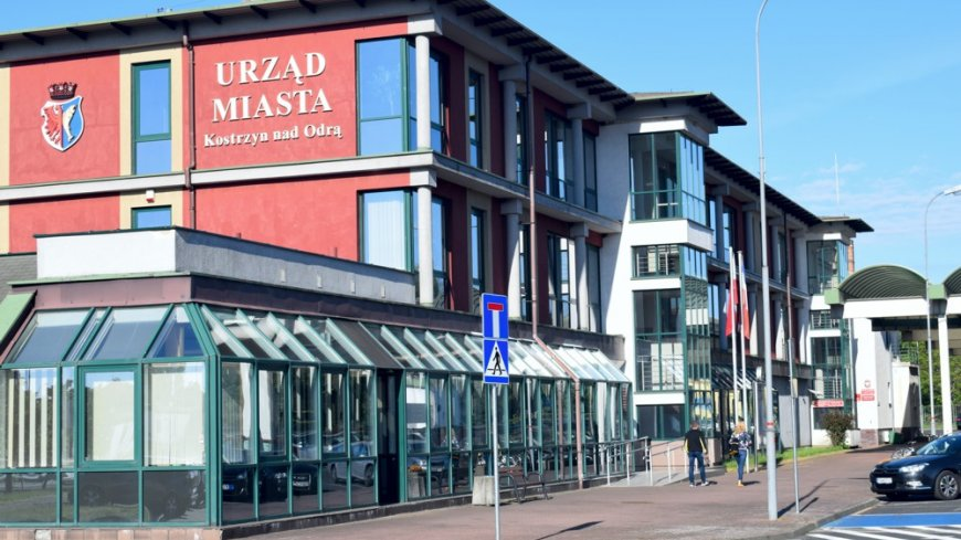 Zdjęcie przedstawia budynek Urzędu Miasta Kostrzyn nad Odrą