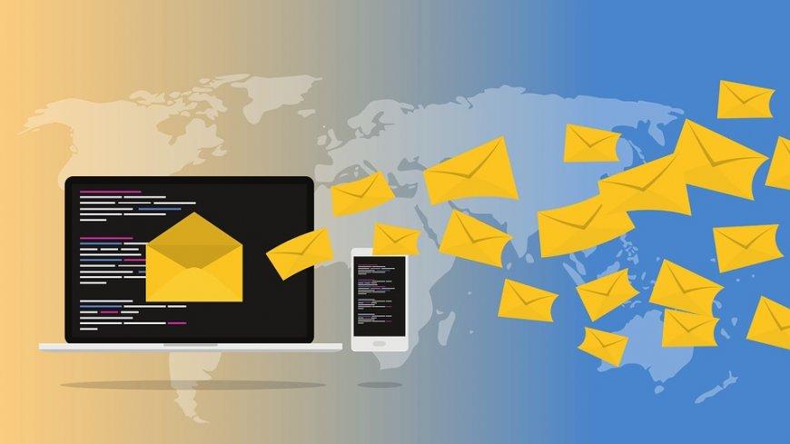 Grafika przedstawia ekran laptopa i telefonu oraz latające koperty.