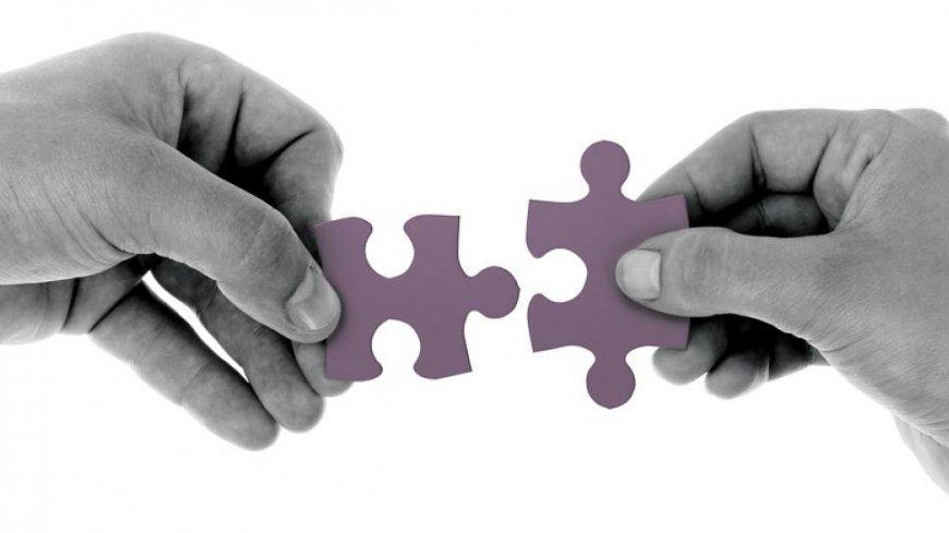grafika przykładowa przedstawiająca dwie dłonie składające puzle