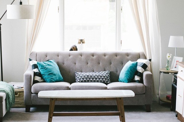 zdjęcie przykładowego salonu z kanapą stojącą pod oknem