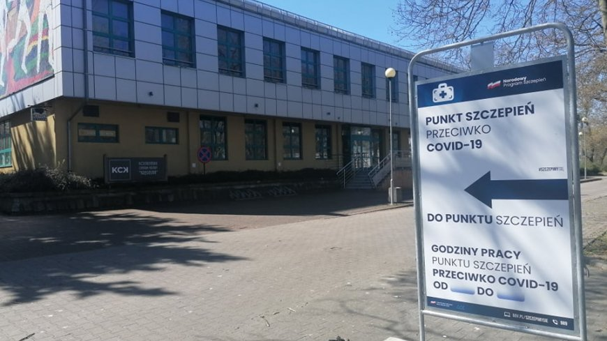 Zdjęcie Kręgielni z plakatem wskazującym drogę do Punktu Szczepień Powszechnych.