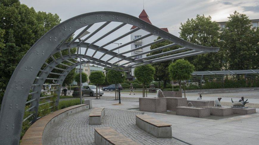 na zdjęciu fragment placu Wojska Polskiego z pergolą, ławkami i fontanną