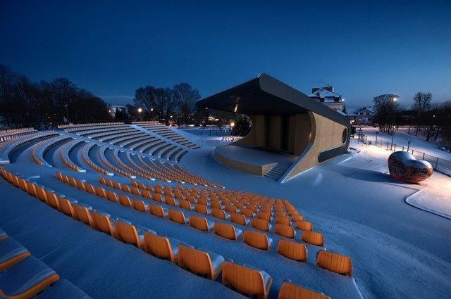 widok zaśnieżonego amfiteatru nocą, z korony trybun na scenę.