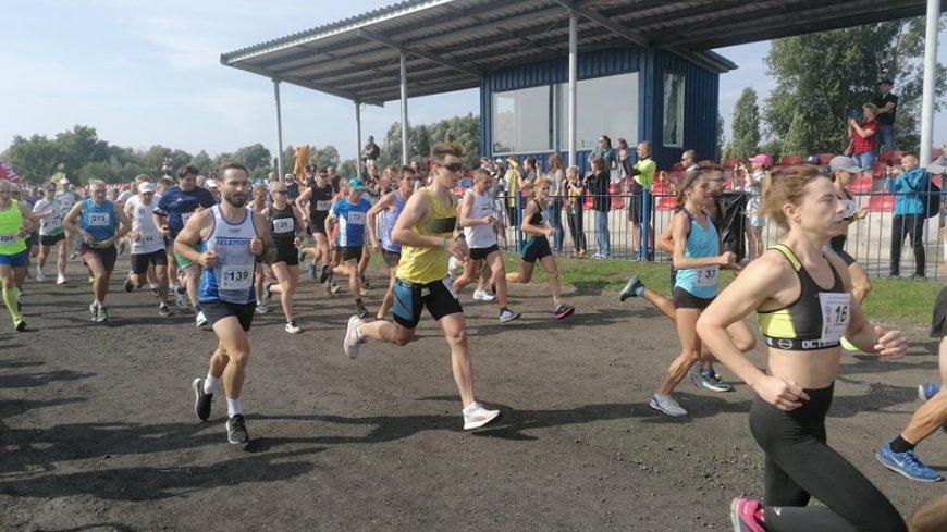 Biegacze w ruchu po przekroczeniu linii startu.
